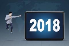 Młody biznesmen wskazuje przy liczbami 2018 obrazy royalty free