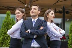 Młody biznesmen z ich sekretarkami Zdjęcie Royalty Free