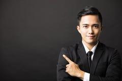 Młody biznesmen z wskazywać gest Fotografia Stock