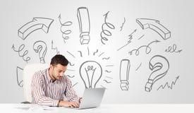 Młody biznesmena brainstorming z patroszonymi strzała i symbolami Zdjęcie Stock