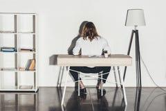Młody biznesmena obsiadanie przy stołem w biurze Zdjęcia Stock
