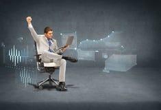 Młody biznesmena obsiadanie w krześle z laptopem zdjęcia stock