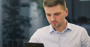 Młody biznesmena prawnika lekarki kierownika banka pracownik pije gorącą kawę i ono uśmiecha się zdjęcie wideo