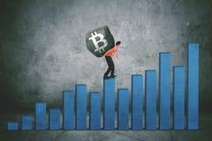 Młody biznesmena przewożenia bitcoin symbol Zdjęcie Stock