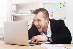 Młody biznesmena uprawiać hazard, hazard w biurze i Fotografia Royalty Free