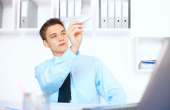 Młody biznesmena wodowanie papierowy samolot Zdjęcia Stock
