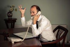 Młody biznesowego mężczyzna gestykulować agresywny i opowiadać na telefonie Obrazy Stock