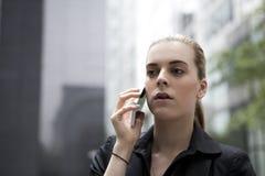 Młody biznesowej kobiety mówienie na telefonie komórkowym Obrazy Royalty Free