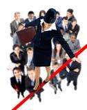 Młody biznesowej kobiety odprowadzenie na balansowanie na linie prawie Zdjęcie Royalty Free