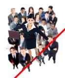 Młody biznesowej kobiety odprowadzenie na balansowanie na linie prawie spada Obrazy Stock