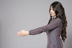 Młody biznesowej kobiety ofiary uścisk dłoni Zdjęcia Stock