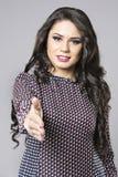 Młody biznesowej kobiety ofiary uścisk dłoni Obrazy Stock