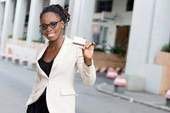Młody biznesowej kobiety uśmiechnięty mienie kredytowa karta Obrazy Royalty Free