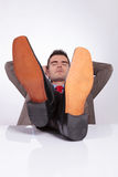 Młody biznesowy mężczyzna śpi przy biurem z ciekami na biurku zdjęcia royalty free