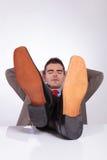Młody biznesowy mężczyzna śpi z ciekami na biurku obraz stock