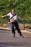 Młody biznesowy mężczyzna iść pracować z inline łyżwą, alternatywa transport obrazy stock