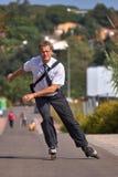 Młody biznesowy mężczyzna iść pracować z inline łyżwą, alternatywa transport zdjęcia royalty free