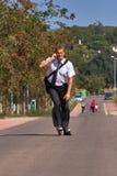 Młody biznesowy mężczyzna iść pracować z inline łyżwą, alternatywa transport obraz stock