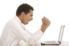 Młody biznesowy mężczyzna krzyczy przy jego laptopem Obraz Royalty Free