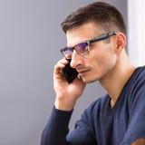 Młody biznesowy mężczyzna mówi na telefonie w szkłach Obraz Royalty Free