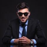 Młody biznesowy mężczyzna ono uśmiecha się przy tobą Zdjęcie Stock