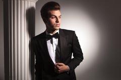 Młody biznesowy mężczyzna opiera na białej kolumnie Obraz Royalty Free