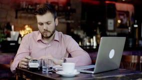 Młody biznesowy mężczyzna płaci z kredytową kartą w barze zbiory wideo