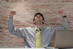 Młody biznesowy mężczyzna pracuje na laptopie przy nowożytnym biurem Fotografia Royalty Free