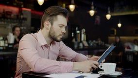 Młody biznesowy mężczyzna pracuje w barze zbiory