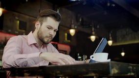 Młody biznesowy mężczyzna pracuje w barze zbiory wideo