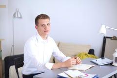 Młody biznesowy mężczyzna pracuje w biurze, stoi interes faceta Zdjęcia Royalty Free