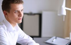 Młody biznesowy mężczyzna pracuje w biurze, stoi interes faceta Zdjęcia Stock