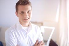 Młody biznesowy mężczyzna pracuje w biurze, stoi interes faceta Fotografia Stock