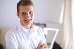 Młody biznesowy mężczyzna pracuje w biurze, stoi interes faceta Obraz Royalty Free