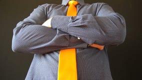Młody biznesowy mężczyzna prostuje jego pomarańczowych spojrzenia w lustrze i krawat w domu zbiory wideo