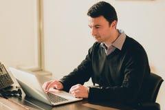Młody biznesowy mężczyzna przy biurem w korporacyjnym budynku Zdjęcia Royalty Free