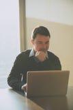 Młody biznesowy mężczyzna przy biurem w korporacyjnym budynku Zdjęcie Royalty Free