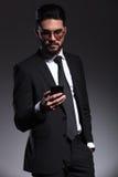 Młody biznesowy mężczyzna texting na jego smartphone Zdjęcia Royalty Free