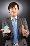 Młody biznesowy mężczyzna trzyma małego dom  Fotografia Royalty Free