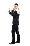 Młody biznesowy mężczyzna w kostiumu mienia kontrakta papierze na jego plecy ofiary pióro dla podpisu Obraz Royalty Free