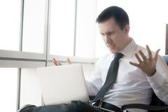 Młody biznesowy mężczyzna w stresującej sytuaci Zdjęcie Stock