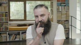 Młody biznesowy mężczyzna z brodą iść przez wieloskładnikowych reakcj przy biurem - zbiory