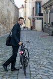 Młody biznesowy mężczyzna z jego bicyklem zdjęcia royalty free