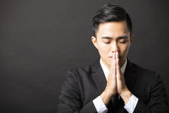 Młody biznesowy mężczyzna z modli się gest Fotografia Royalty Free