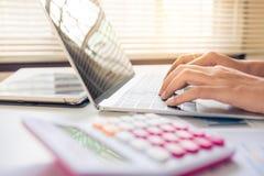Młody biznesowy use laptopu gawędzenie z rodziną przy ogólnospołecznymi sieciami lub onlinym podmoczeniem zdjęcia stock