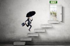 Młody bizneswoman biega w kierunku wyjścia drzwi Zdjęcie Stock