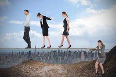 Młody bizneswoman ciągnie balansowanie na linie dla ludzi biznesu Obraz Royalty Free