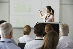 Młody bizneswoman Dostarcza prezentację Przy konferencją Zdjęcie Stock