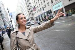 Młody bizneswoman dzwoni taksówkę Fotografia Stock