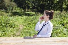 Młody bizneswoman je jabłka podczas przerwy Zdjęcia Stock